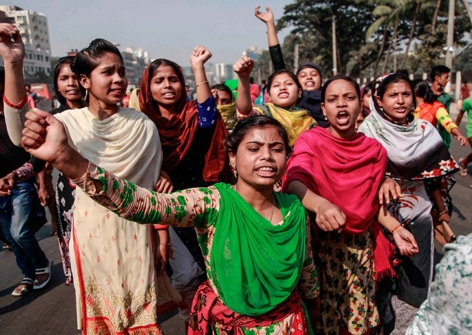 Bangladeshi garment workers shout slogans during a protest on wage increases in Dhaka on September 21, 2013. Photo: AFP